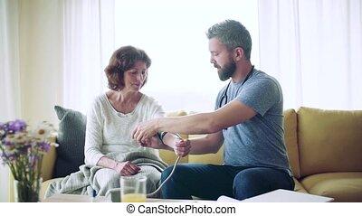 femme aînée, maison, visiteur santé, pendant, visit., lent,...