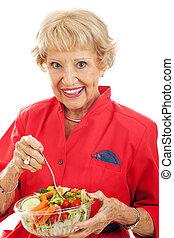 femme aînée, mange, salade