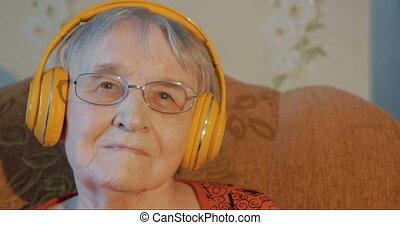 femme aînée, musique écouter, écouteurs