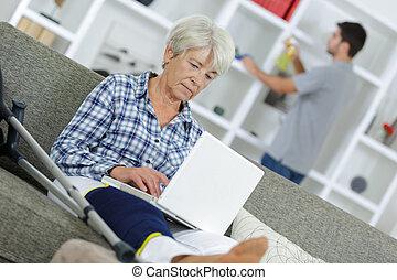 femme aînée, ordinateur portable