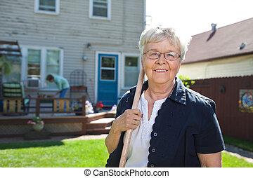 femme aînée, outil jardinage, tenue