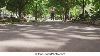 femme aînée, parc, courant