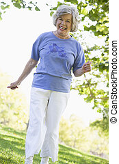 femme aînée, parc, exercisme