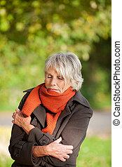 femme aînée, parc, frissonner