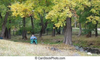 femme aînée, parc, lecture