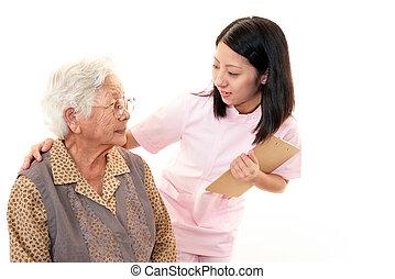 femme aînée, personnel médical