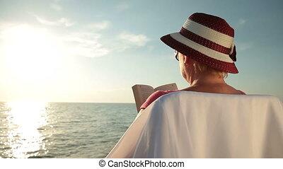 femme aînée, plage, délassant