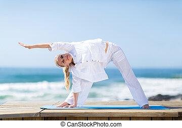 femme aînée, plage, exercisme