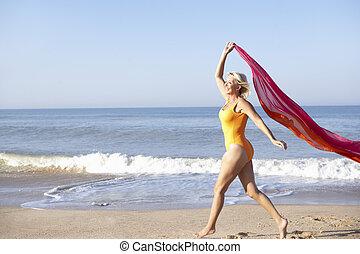 femme aînée, plage, marche