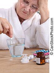femme aînée, prenant pilules