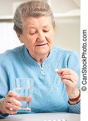 femme aînée, prendre, elle, médecine