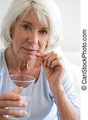 femme aînée, prendre, elle, médicament