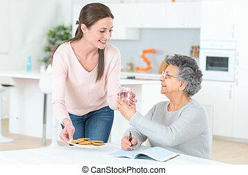 femme aînée, prendre, elle, médicament journalier