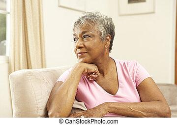 femme aînée, regarder, pensif, dans chaise, chez soi