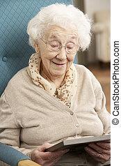 femme aînée, regarder photographie, dans, cadre