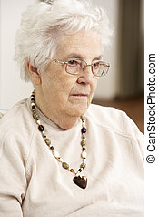 femme aînée, regarder, triste, dans chaise, chez soi