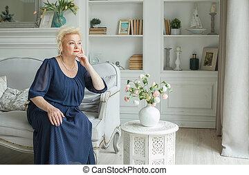 femme aînée, reposer, chez soi