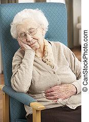 femme aînée, reposer, dans chaise, chez soi