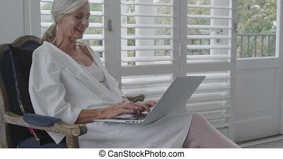femme aînée, seul, maison