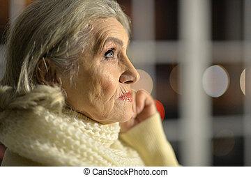 femme aînée, songeur