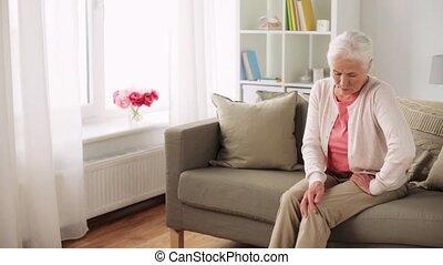 Femme livre maison personne agee verres lecture for Job depuis chez soi