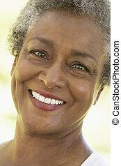 femme aînée, sourire, à, les, appareil photo