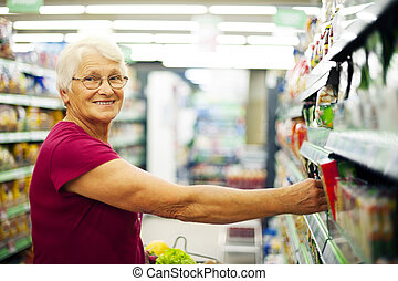 femme aînée, supermarché, heureux
