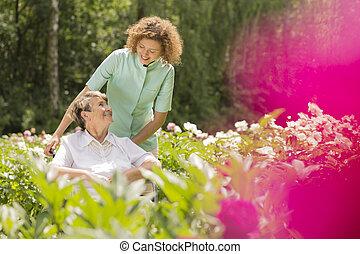 femme aînée, sur, a, fauteuil roulant, et, infirmière