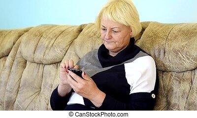 femme aînée, texting, smartphone