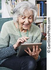 femme aînée, utilisation, tablette numérique, chez soi