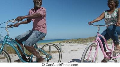 femme aînée, vélo, plage