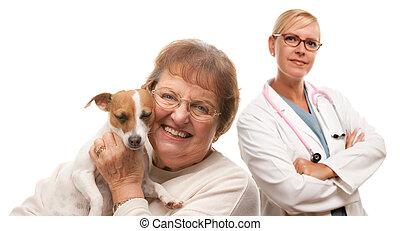 femme aînée, vétérinaire, chien, heureux