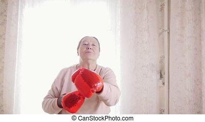 femme aînée, vieux, boxe