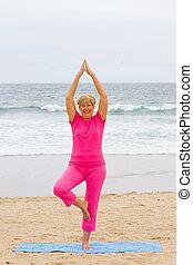 femme aînée, yoga, exercice