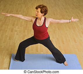 femme aînée, yoga, exercisme