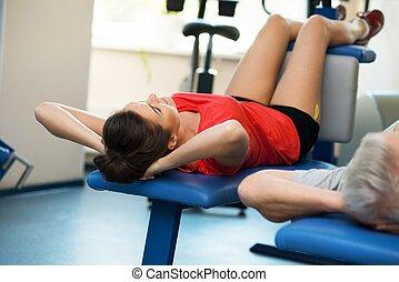 femme, abdominal, club, jeune, fitness, exercices, homme aîné