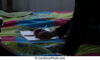 femme, adolescent, elle, séance, écrit, bed., jeune, mouvement, quoique, lent, triste, journal, experiences.
