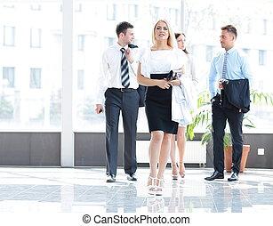 femme affaires, à, elle, collègues, debout, dans, les, vestibule, de, les, bureau.