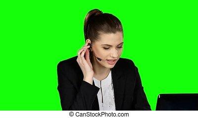 femme affaires, écran, écouteurs, vert, speaking.