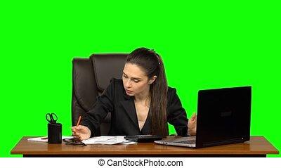 femme affaires, écran, marques, documents., calculatrice,...
