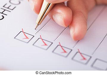 femme affaires, écriture, liste contrôle