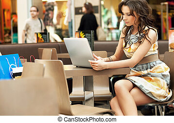 femme affaires, élégant, ordinateur portable, fonctionnement