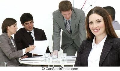 femme affaires, équipe, sourire, elle