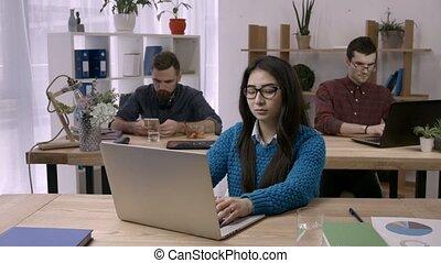 femme affaires, étirage, bureau occasionnel, bureau