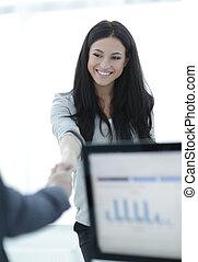 femme affaires, accueils, collègue, à, poignée main