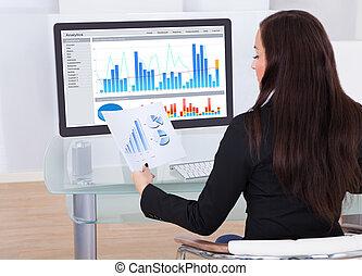 femme affaires, analyser, diagrammes