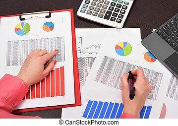 femme affaires, analyser, investissement, diagrammes