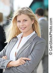 femme affaires, armes traversés, blonds