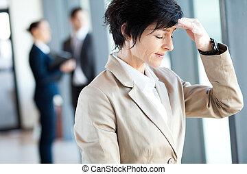 femme affaires, avoir, bureau, mal tête