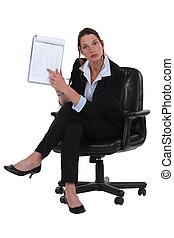 femme affaires, bloc-notes, pointage